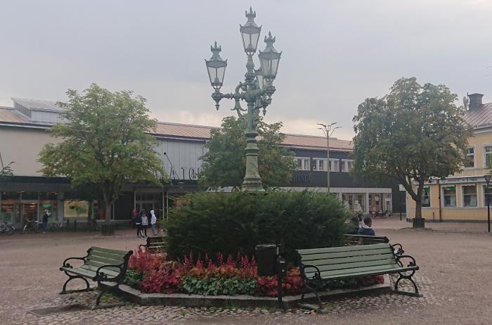 Bild på den distinkta lyktstolpen på stora torget i Sala.